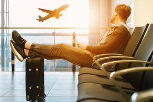 フライトを待つ男性